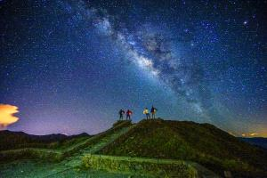 ICPE Honor Mention e-certificate - Chin-Fa Tzeng (Taiwan)  Fantastic Four_Galaxy On Hehuan Mt In Taiwan_4 People Photographed For 30 Seconds Still